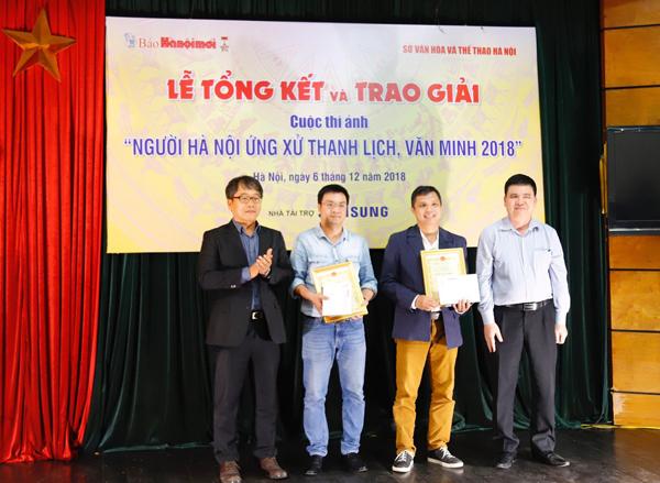 Phó Trưởng ban Tuyên giáo Thành ủy Trần Xuân Hà và Giám đốc Truyền thông Samsung Việt Nam, ông Ryu Kil Sang trao giải Nhất cuộc thi cho tác giả Nguyễn Viết Thành (ảnh bộ) và Lê Ngọc Bích (ảnh đơn).