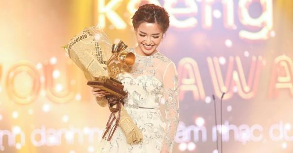 Ca sĩ Bích Phương nhận giải tại Keeng Young Award2