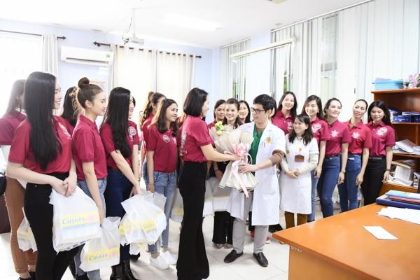 BTC và các thí sinh đã gặp BS Trần Đắc Đại, Trưởng khoa Tim trẻ em, Trung tâm Tim mạch, Bệnh viện E