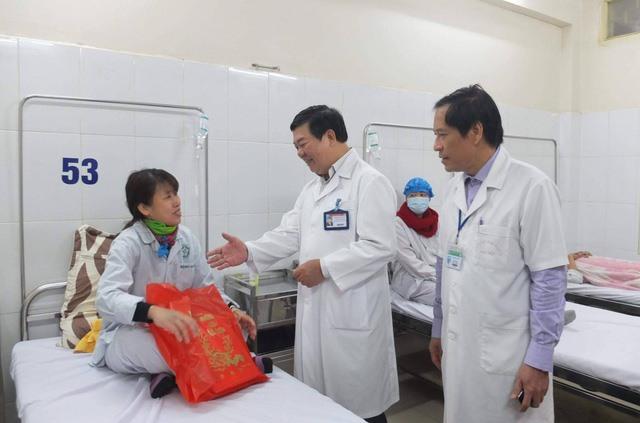 Người bệnh cảm thấy ấm lòng khi phải ăn Tết ở bệnh viện
