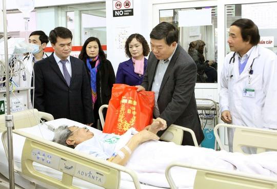 Tết 2018, lãnh đạo Bệnh viện Bạch Mai tiếp tục duy trì hoạt động thăm hỏi người bệnh ăn Tết tại bệnh viện