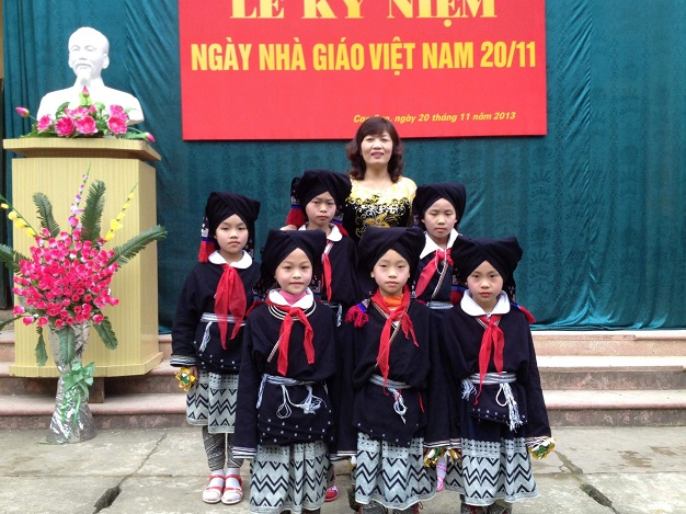 Cô giáo Đỗ Thị Thắm và các học trò của mình.
