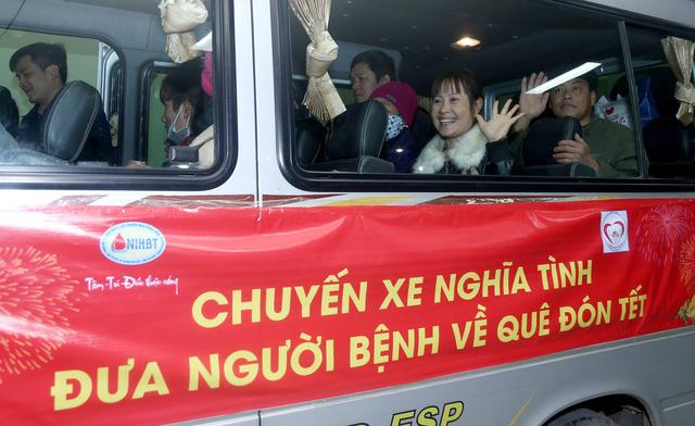 Đúng 10h30, xe chuyển bánh đưa các bệnh nhân về ăn Tết.