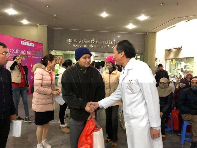 TS Bạch Quốc Khánh, Viện trưởng Viện Huyết học và Truyền máu chúc Tết, tiễn các bệnh nhân về quê.