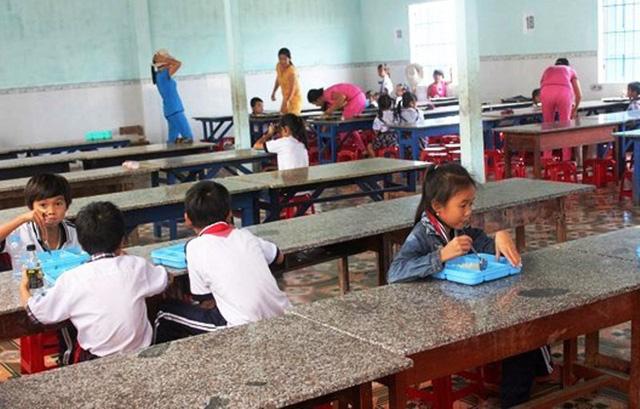 Trong 2 năm, Trường Tiểu học số 2 Tam Quan Bắc đã thu thừa 130 triều đồng tiền ăn ở của học sinh bán trú nên bị yêu cầu trả lại tiền cho cha mẹ học sinh (Ảnh: Báo Bình Định)