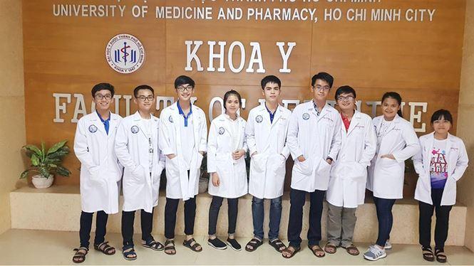 Thủ khoa khối B năm 2017 Lê Hữu Hiếu (đứng giữa) giờ đã là chàng sinh viên Y khoa