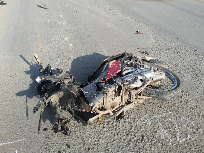 Chiếc xe máy bị xe ben cán dập nát.