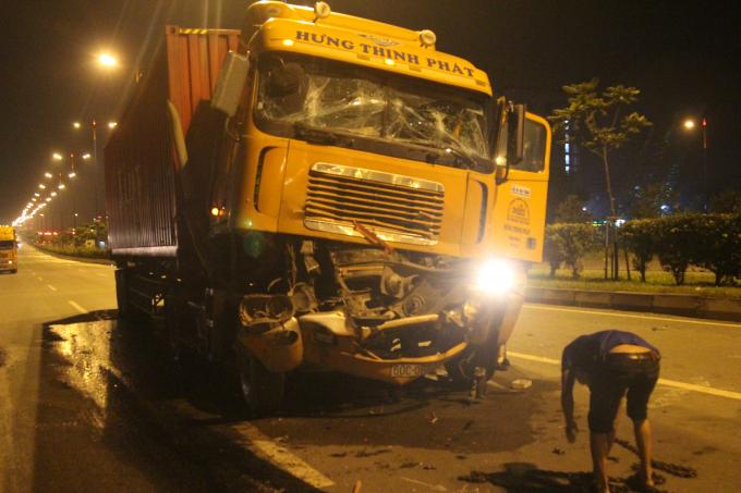 Chiếc container hư hỏng sau va chạm, tài xế tử vong thương tâm.