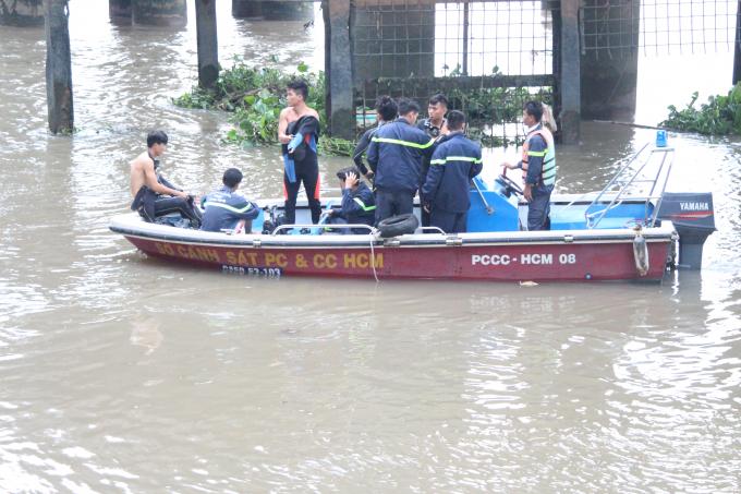 Lực lượng cứu hộ cứu nạn tìm kiếm thi thể nạn nhân.