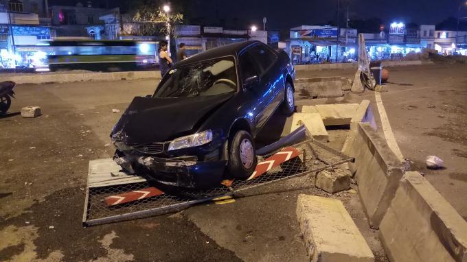 Chiếc ô tô tông sập rào chắn công trình.
