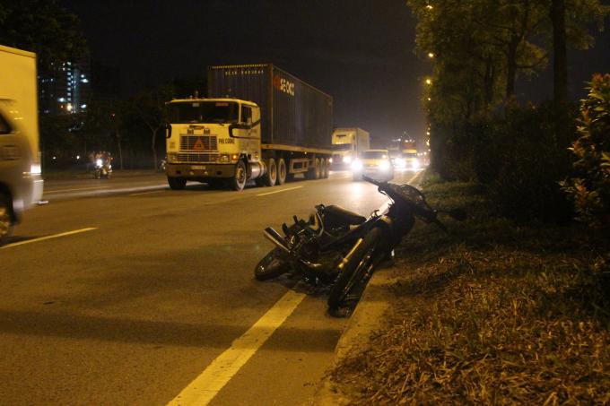 Chiếc xe máy lao đi sau va quẹt với xe máy.