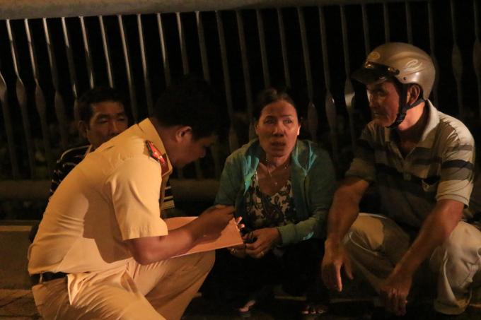 Bà Nguyễn Thị Lan khóc thương cho con trai gặp nạn nhưng gia đình lại nghèo khó.