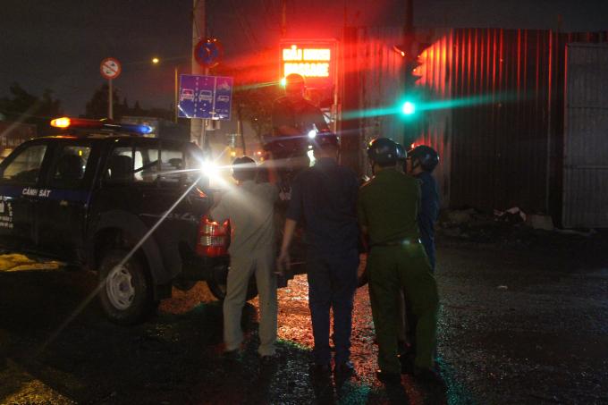 Công an đưa chiếc xe máy của nạn nhân về đồn.