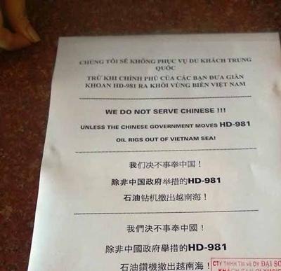 Thông báo dán tại quầy lễ tân một khách sạn 3 sao ở Nha Trang.