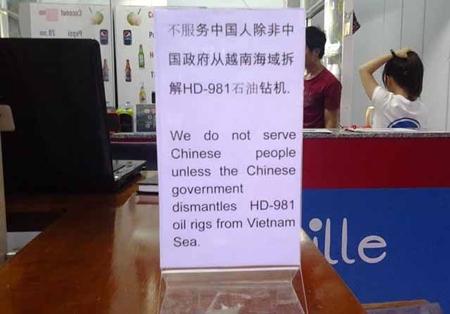 Bảng thông báo đặt tại bàn khách và quầy của một quán giải khát thường phục vụ khách nước ngoài ở Nha Trang.