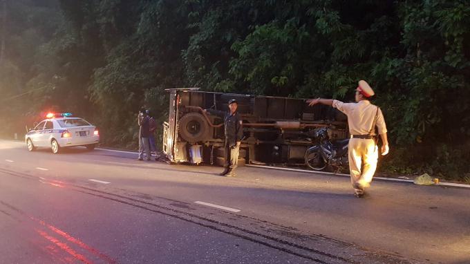 Xe tải đâm vào vách núi rồi lật nghiêng.