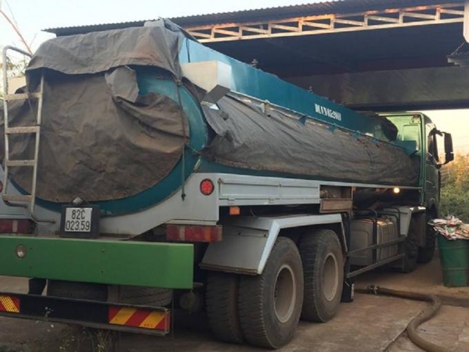 Chiếc xe bồn chở hàng ngàn lít xăng không rõ nguồn gốc bị bắt giữ.