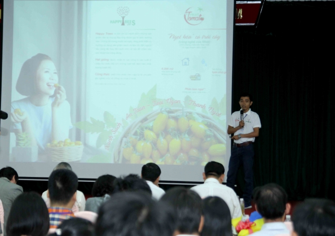 Các tác giả đang trình bày các dự án, năm nay các dự án về thực phẩm an toàn chiếm số lượng lớn.