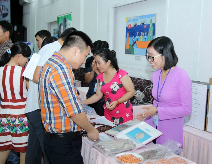 Các bạn trẻ giới thiệu dự án với khách tham dự.