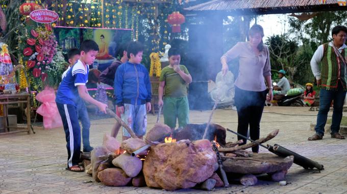 Các em nhỏ về tham dự thưởng thức cơm lam, bắp nướng.