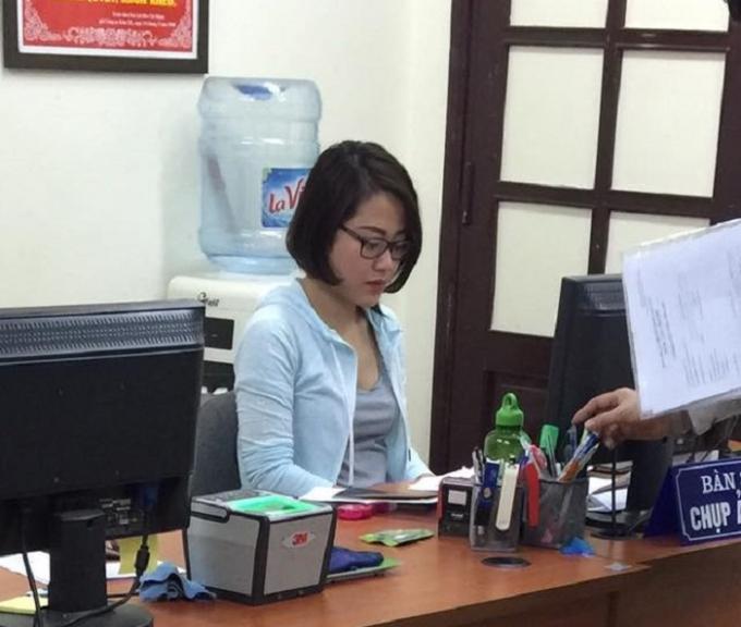Nữ cán bộ công an quận Hoàn Kiếm bị tố hành dân. Nguồn: Chu Mi/Otofun.