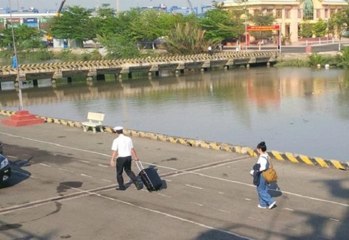 NSND Lan Hương (khoác túi) rời tàu, đi sau một người của Hải quân đang kéo vali giùm chị -Ảnh: Facebook Lê Phi.