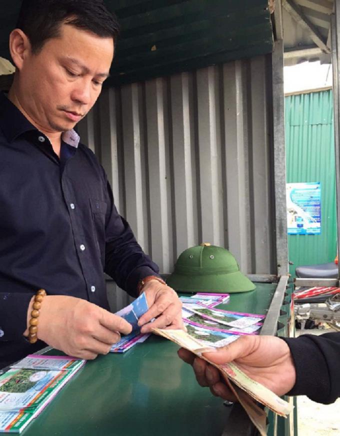 Ông Đỗ Trọng Khoa, CTHĐQT Cty Đầu tư Phát triển và Du lịch Hồng Lĩnh (HIDT) đang hỗ trợ bán vé cùng nhân viên.