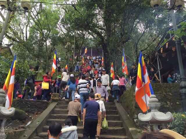 Quang cảnh Cổng chùa Hương Tích.