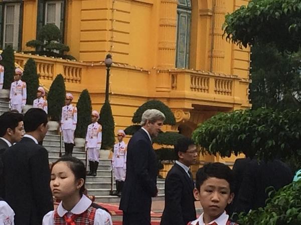 Ngoại trưởng Mỹ John Kerry đến Phủ Chủ tịch. (Ảnh:Vnexpress)