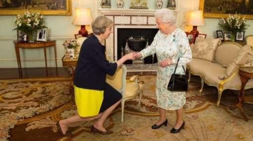 Tân Thủ tướng diện kiến Nữ hoàng Anh Elizabeth II. (Ảnh: Reuters)