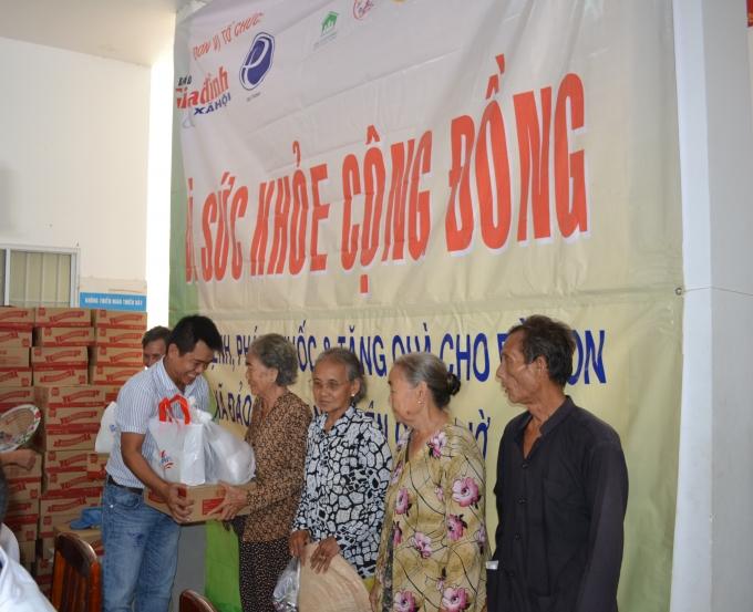 Đại diện Tập đoàn Tân Hiệp Phát trao món quà ấm áp tình cảm đến bà con xã đảo Thạnh An.