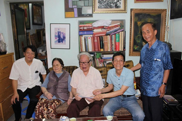 Nhạc sĩ Nguyễn Đức Toàn (ngồi giữa) tại buổi BCH Hội Âm nhạc Hà Nội đến thăm. (Ảnh: VOV)