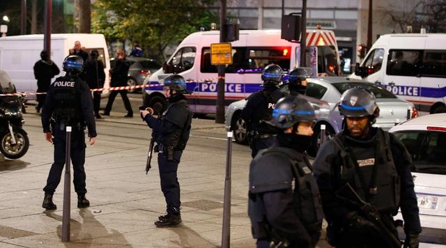 Cảnh sát Pháp có mặt tại hiện trường vụ bắt cóc con tin ở thủ đô Paris hôm 2/12. (Ảnh: RT)