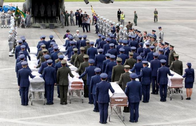 Được biết, vụ rơi máy bay đã làm 71 trong số 77 người trên máy bay thiệt mạng, bao gồm đội bóng Chapecoense của Brazil và 20 nhà báo đi cùng họ. (Ảnh: Reuters)