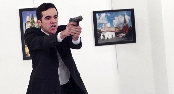 Nghi phạm sát hại ông Karlovđược xác định là sĩ quan cảnh sát, thuộc lực lượng cảnh sát chống bạo động Ankara.(Ảnh:AP)