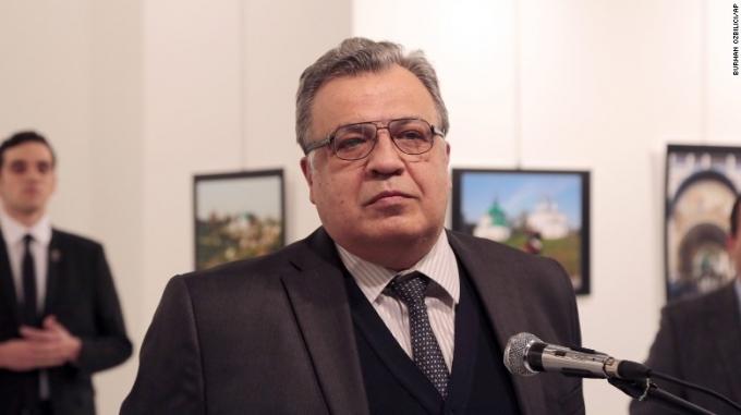 Hình ảnh Đại sứ Nga tại Thổ Nhĩ Kỳ Andrei Karlov trước khi bị ám sát. (Ảnh: CNN)