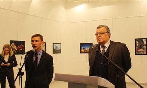 Đại sứ Nga ở Thổ Nhĩ Kỳ Andrey Karlov phát biểu tại buổi triển lãm trước khi bị ám sát. (Ảnh:Anadolu Agency)