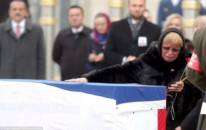 Tại thời điểm Đại sứ Nga bị ám sát, bà Marina cũng có mặt tại cuộc triển lãm và chứng kiến cảnh chồng mình bị một tay súng bắn chết ngay trước mắt. (Ảnh:Rex)