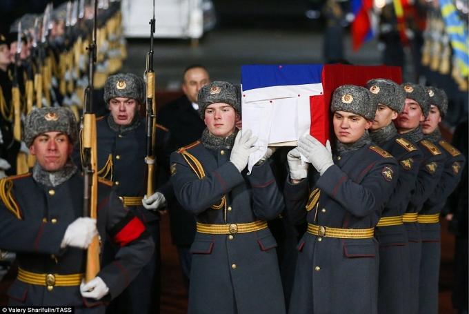 Binh sĩ Nga khiêng quan tài phủ quốc kỳ của Đại sứ Karlov sau khi máy bay hạ cánh xuống sân bay Vnukovo, Moscow. (Ảnh: TASS)