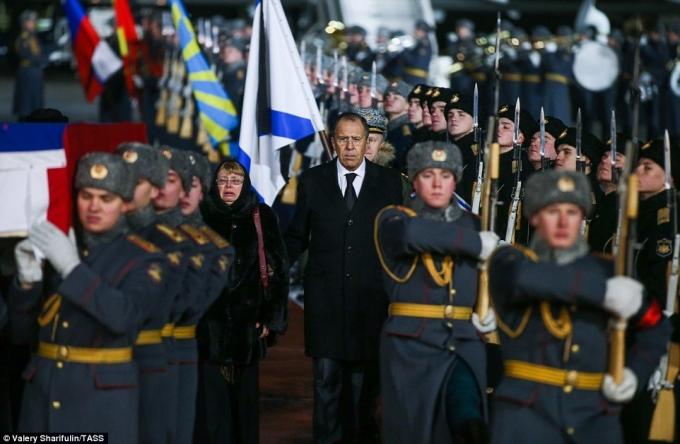 Ngoại trưởng Nga động viên mẹ của đại sứ Karlov vượt qua nỗi đau. (Ảnh: TASS)