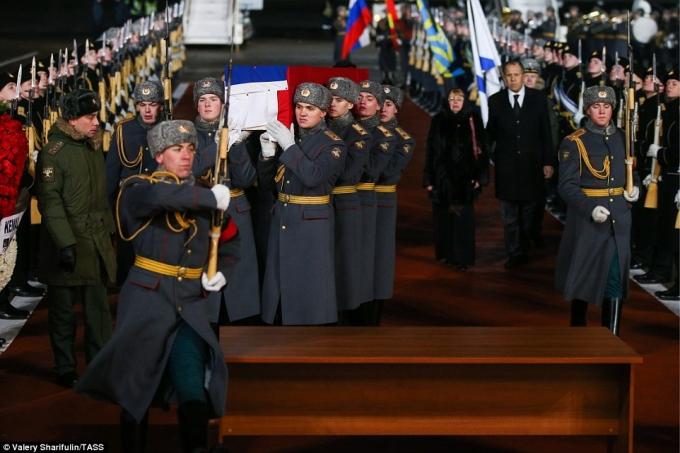 Trong tiếng nhạc buồn, những người thân yêu của đại sứ Nga không khỏi kiềm chế được nước mắt. (Ảnh: TASS)