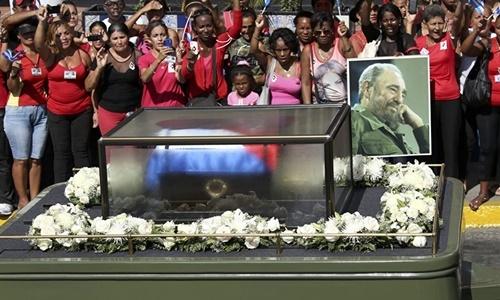 Tổng tư lệnh của Cách mạng Cuba đã từ trần lúc 22h29 ngày 25/11 (giờ địa phương), hưởng thọ 90 tuổi.   Sau Lễ tưởng niệm được tổ chức tối 3/12 (giờ địa phương) tại Santiago de Cuba, tro cốt của Lãnh tụ Fidel Castro đã được an táng tại nghĩa trang Santa Ifigenia. (Ảnh: Reuters)