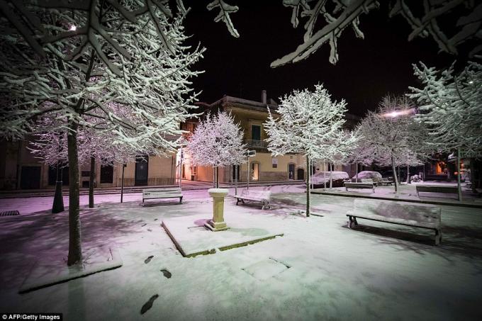 Tuyết rơi ở phủ trắng khu vực Bari, phía nam nước Italy. (Ảnh: AFP)