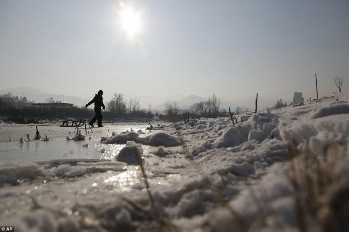 Trẻ em chơi trên mặt các dòng sông bị đóng băng ở Bosnia. (Ảnh: AP)