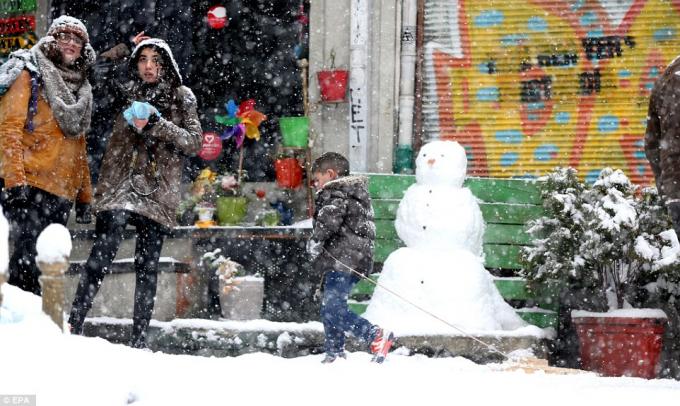 Người tuyết ở thủ đô Istabul, Thổ Nhĩ Kỳ. (Ảnh: EPA)