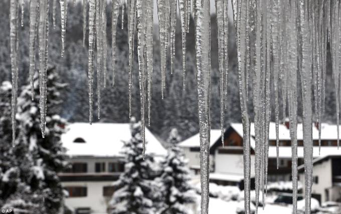 Nước đọng thành các khối băng tại một ngôi nhà ở Oberstdorf, miền nam nước Đức. (Ảnh: AP)