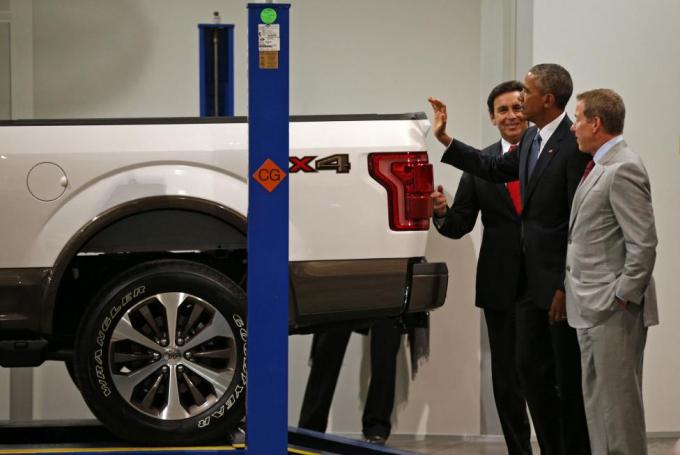 Điều thành công nhất trong nhiệm kỳ của Tổng thống Obama chính là việc giải cứu ngành công nghiệp ô tô của Mỹ bằng việc buộc hai hãng xe khổng lồ Chrysler và General Motors nộp đơn bảo hộ phá sản và bơm tiền cho họ để vực dậy ngành công nghiệp sống còn này.