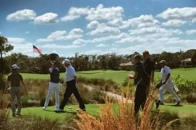 Trong khi bà Melania dẫn bà Aike đi tham quan bảo tàng và vườn cây thì Tổng thống Trump đi đánh golf với Thủ tướng Nhật Bản Shizo Abe.Trên Facebook cá nhân ông Trump chia sẻ: