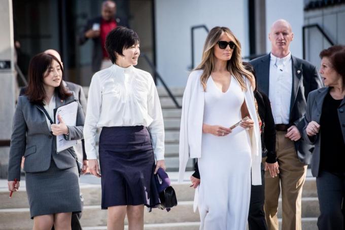 Đệ nhất phu nhân Mỹ chọn một bộ đồ liền màu trằngcủa Calvin Klein trong chuyến đi với đệ nhất phu nhân Nhật Bản. (Ảnh:Palm Beach Post)