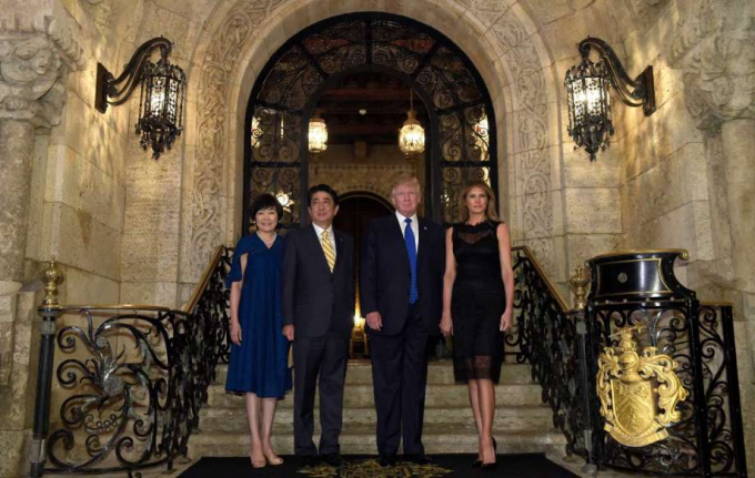 Buổi tối cùng ngày, vợ chồng Tổng thống Donald Trump đã mời vợ chồng ông Abe dự tiệc tối tại biệt thựMar-a-Lago. (Ảnh: AP)